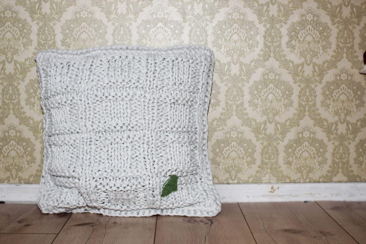 anleitung kissen stricken mit textilgarn und muster 50 50 sockshype. Black Bedroom Furniture Sets. Home Design Ideas