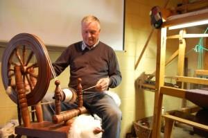 Francis am Spinnrad Tweed Tweed – eine alte Webtraditon wieder aktuell
