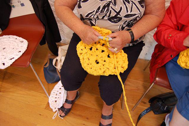 Häkeln - mit dem dicken Textilgarn entsteht schnell ein rundes Kissen. Freundschaft Freundschaft durch Handarbeit – ein Bericht