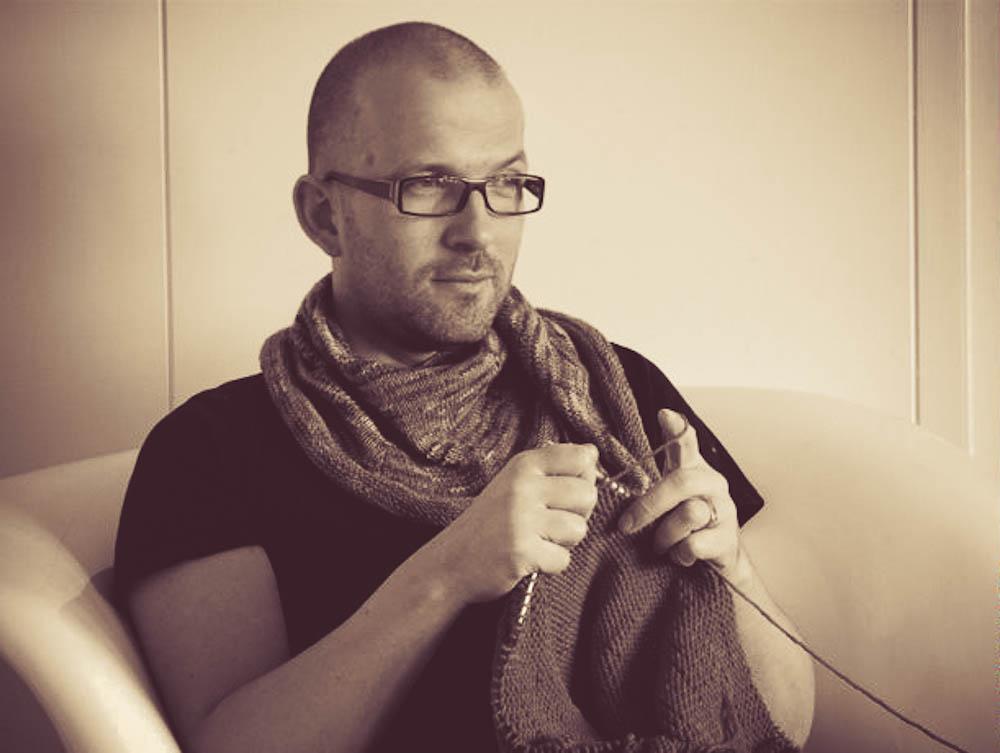 """Sascha Uetrecht alias """"Herr U"""" lebt & strickt mit seinem Lebensgefährten in Berlin."""