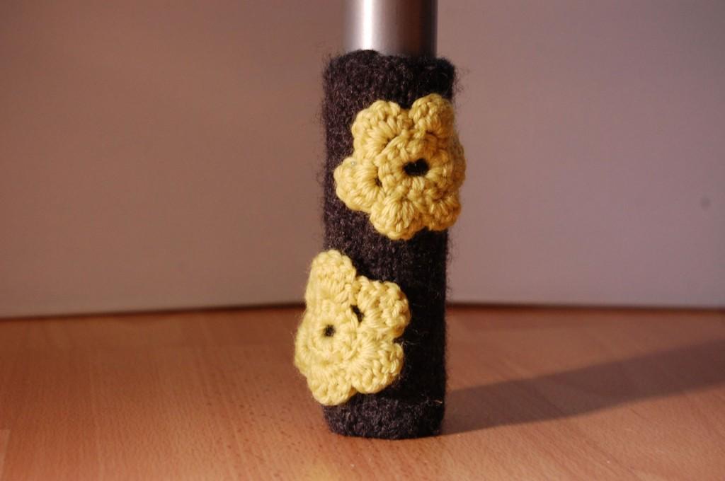 Stuhlbeinsocke mit Häkelblüten stuhlbeinsocke Anleitung: Stuhlbein Socke stricken – mit Filzwolle
