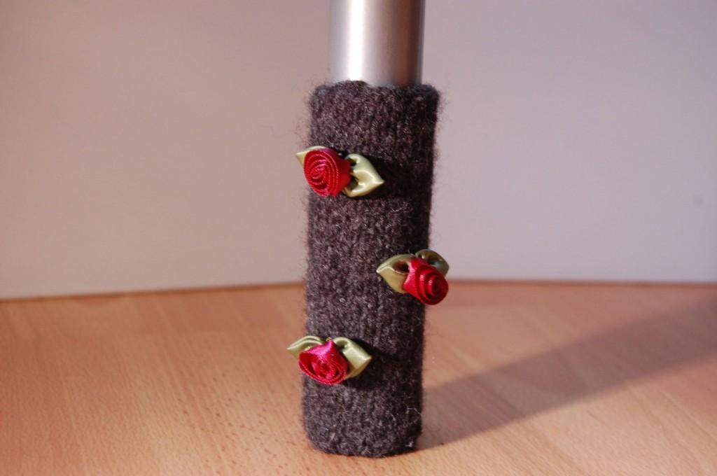 Stuhlbeinsocke mit Röschen stuhlbeinsocke Anleitung: Stuhlbein Socke stricken – mit Filzwolle