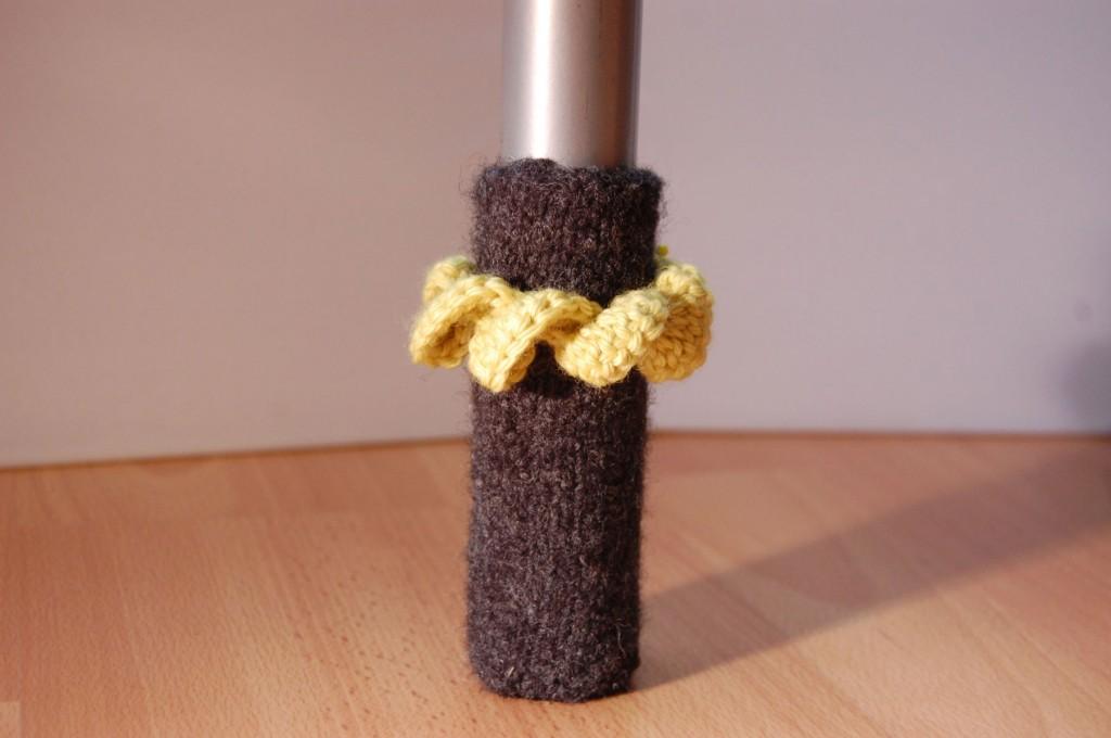 Stuhlbeinsocke mit Korkenzieherspirale stuhlbeinsocke Anleitung: Stuhlbein Socke stricken – mit Filzwolle