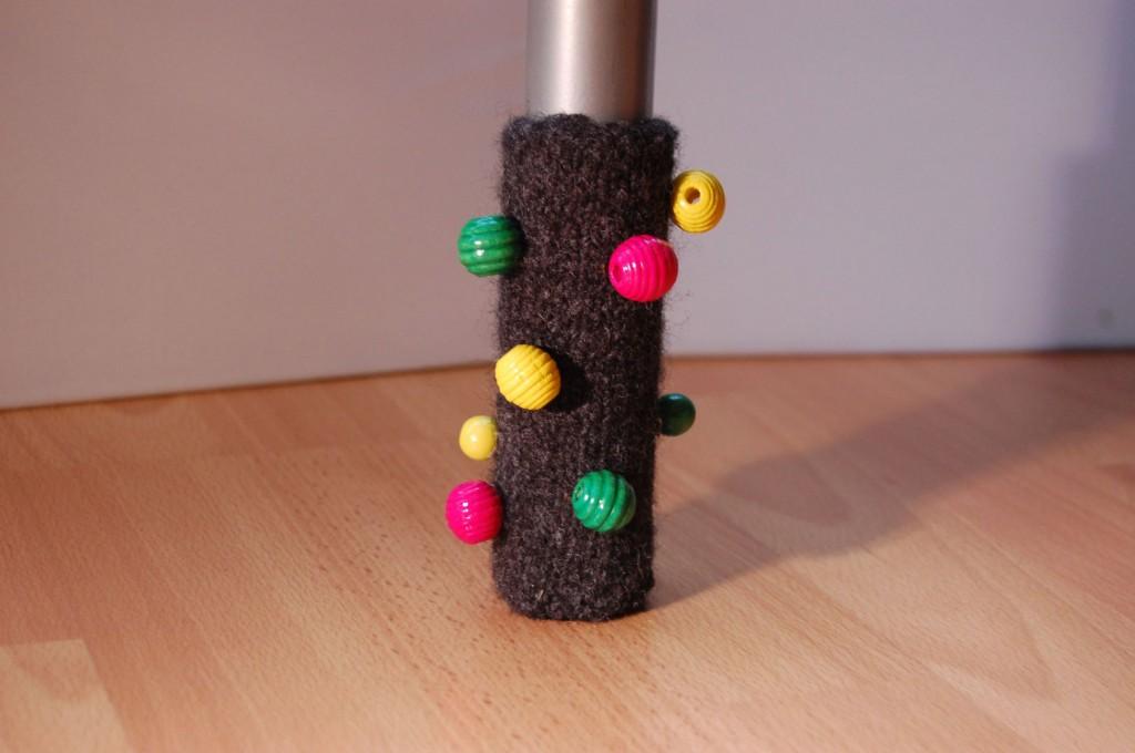 Stuhlbeinsocke mit bunten Perlen stuhlbeinsocke Anleitung: Stuhlbein Socke stricken – mit Filzwolle