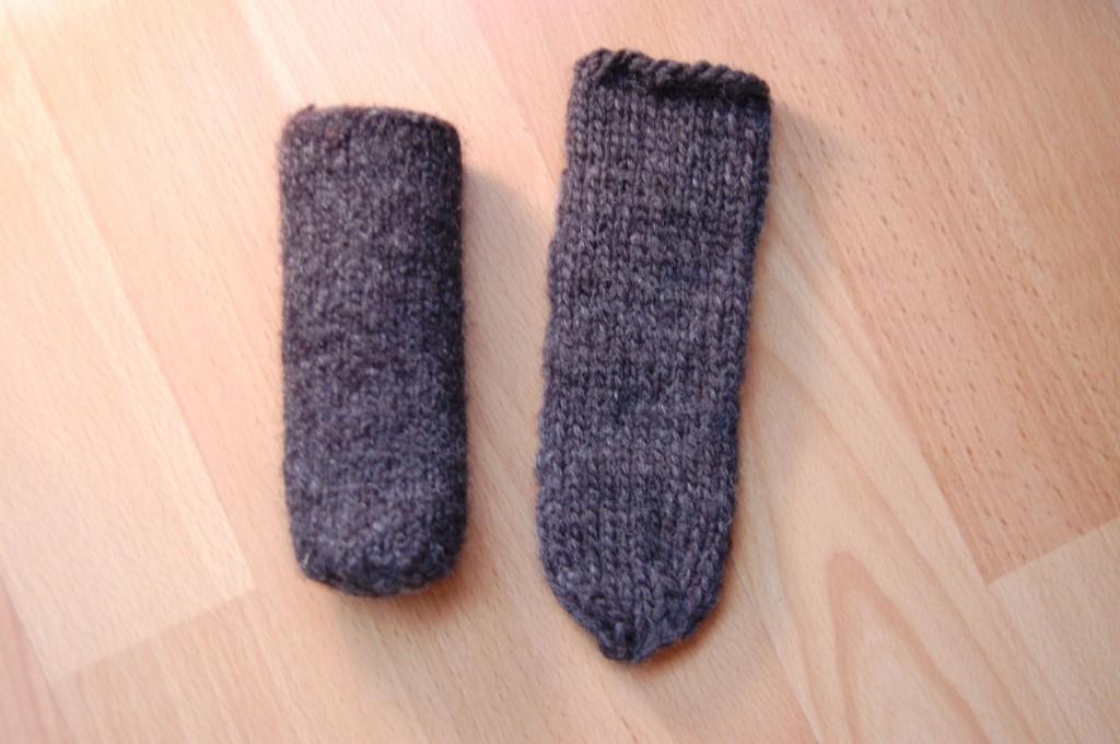 Socken für Stuhlbeine gefilzt und ungefilzt stuhlbeinsocke Anleitung: Stuhlbein Socke stricken – mit Filzwolle