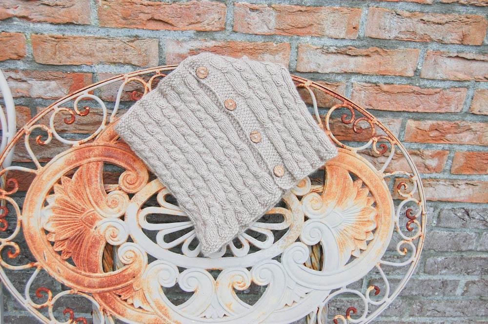Ergebnis: Nach dieser Anleitung ist der Cowl Schal mit Holzknöpfen gestrickt