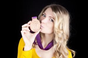 Helena Fromm mit ihrer Bronze-Medaille