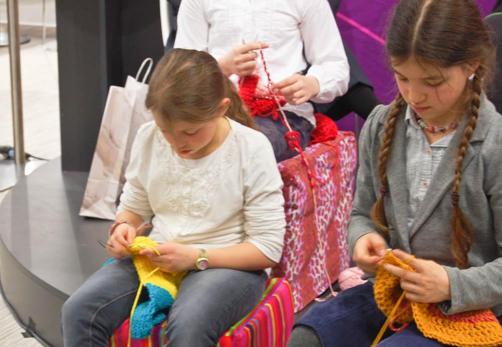 65 Jahre - 65 Schulen stricken macht schule Stricken macht Schule – 100 Schulklassen erhalten Wollpakete