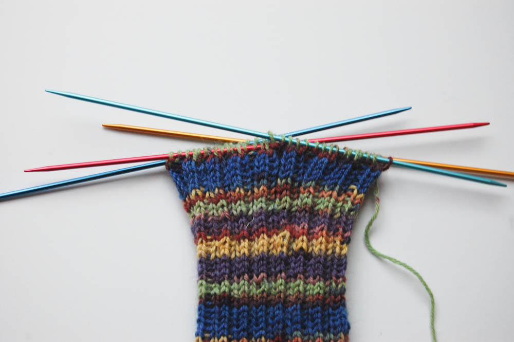 Cuffs and shank are knitted in the cuff pattern 2 right / 2 left stitches. knitting socks Tutorial: Knitting socks in 7 steps