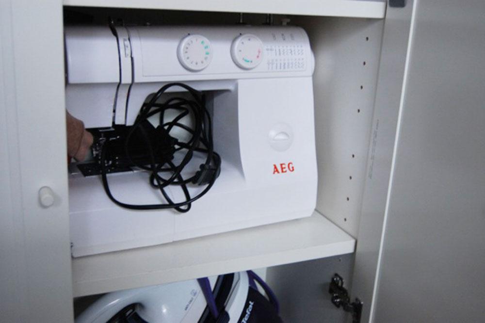 Passgenau: Die Nähmaschine von AEG passt exakt in den Schrank.