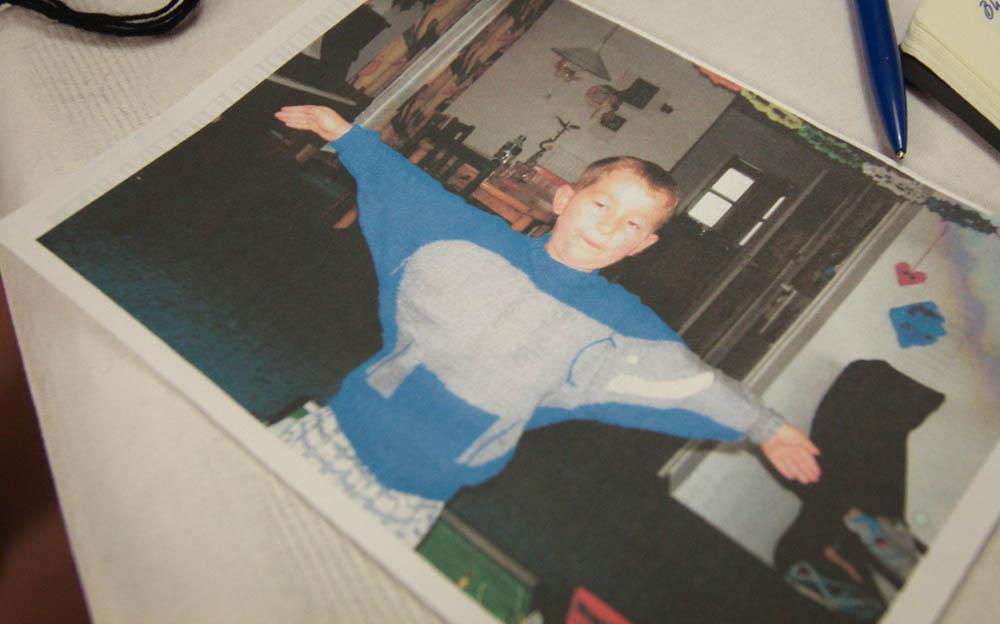 Sein Enkel mit selbst gestricktem Pullover.   Im Gespräch mit dem Strickmeister von Hamburg