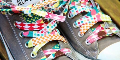 schöne Füße unterwegs - bunte Schnürsenkel
