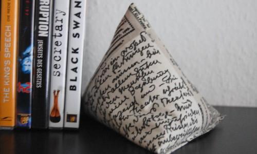 Buchstütze Pyramide-8 Geschenk selber machen, stricken, nähen oder häkeln – mit Anleitung