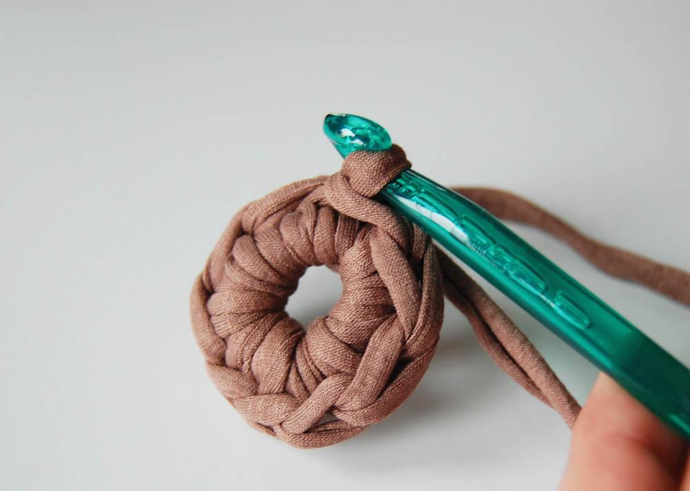 Steche in die erste Masche ein und bilde eine Kettmasche. fadenring häkeln Tipp: Magic Loop oder Fadenring häkeln