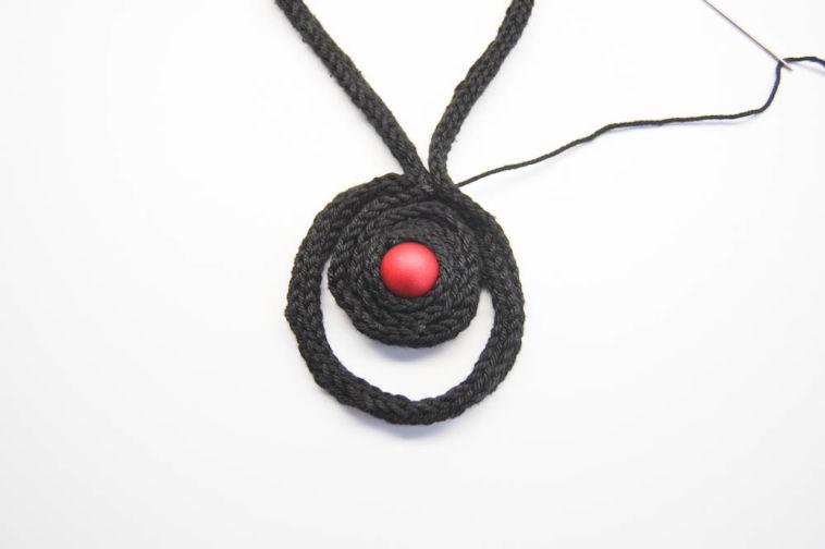 amulett kette Anleitung: Amulett Kette aus gestrickter Baumwollschnur