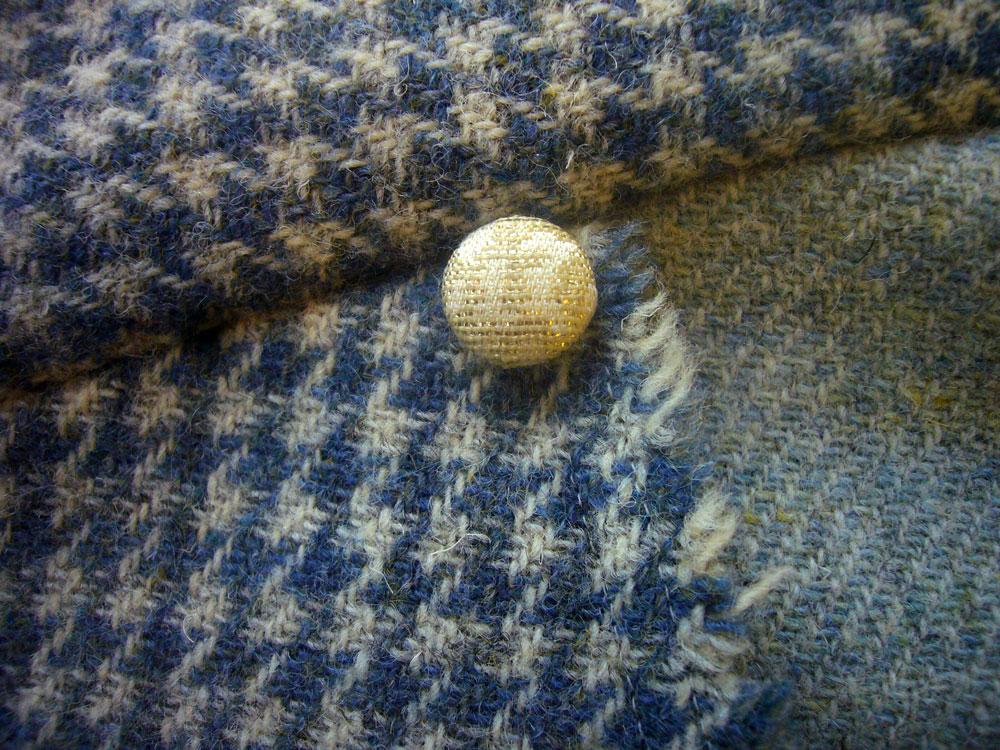 Upcycling-Kleidung Schottische Tweedstoffe mit Knopf Schneiderin Rachel Kopp fertigt hochwertige Upcycling-Kleidung