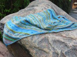Dreieckstuch stricken - auf Stein liegend stricken sockshype