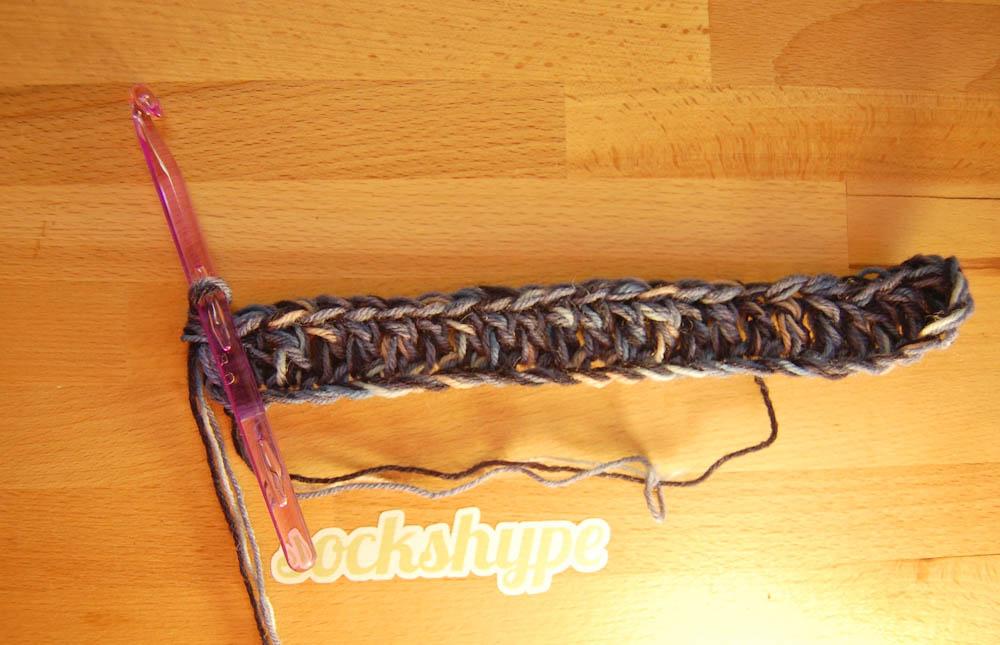 Loop häkeln, erste Reihe Stäbchen Loop häkeln Anleitung: Loop häkeln im Korbmuster aus Wollresten