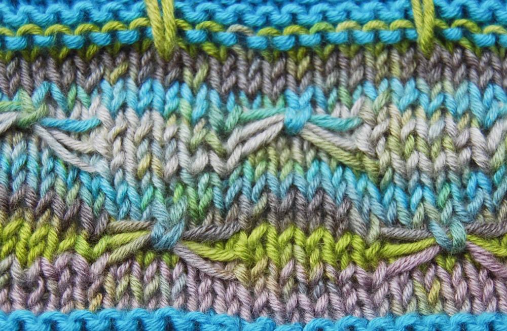 Asymmetrisches Dreieckstuch stricken - Schleifenmuster