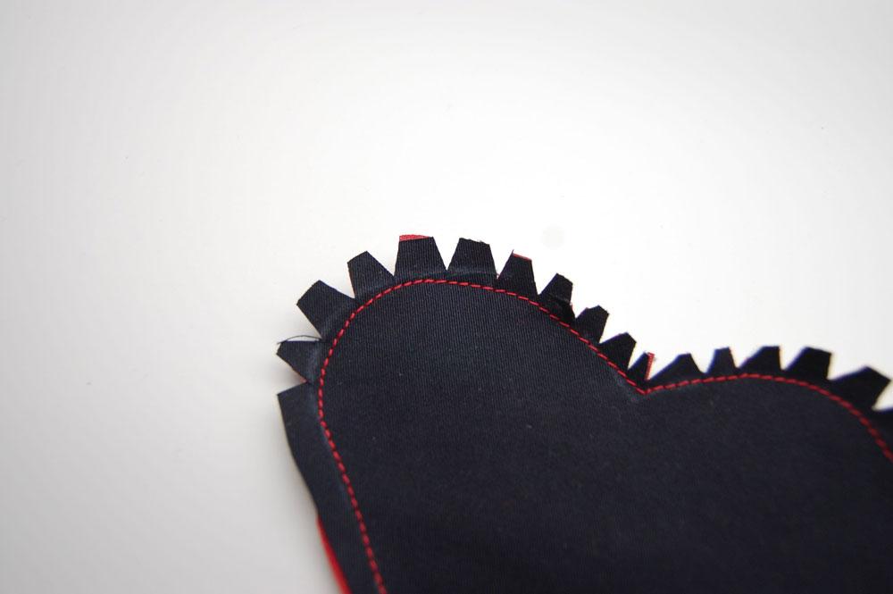 Herz Lesezeichen - Dreieicke einschneiden herzchen lesezeichen Anleitung: Herzchen Lesezeichen nähen