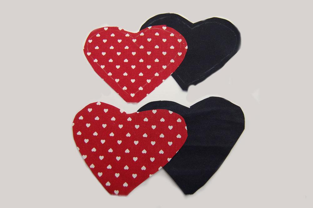 Herzchen Lesezeichen nähen - Vier Herzchen werden ausgeschnitten herzchen lesezeichen Anleitung: Herzchen Lesezeichen nähen