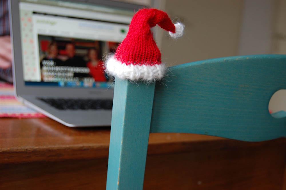 kleine Nikolausmütze stricken - Mütze auf Stuhllehne Nikolausmütze stricken Anleitung: Kleine Nikolausmütze stricken