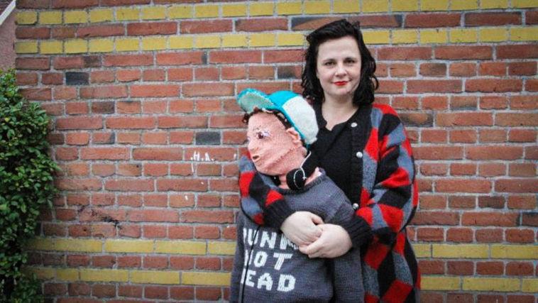 Mutter strickt sich Sohn zum Kuscheln