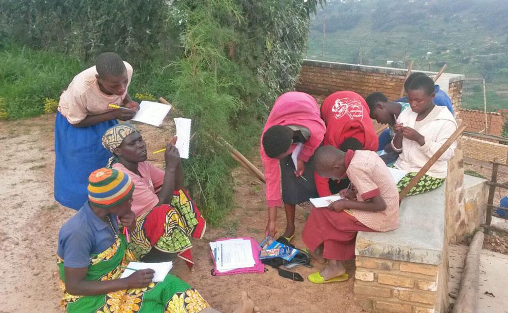 Intombi Mädchen planen ein Nähprojekt