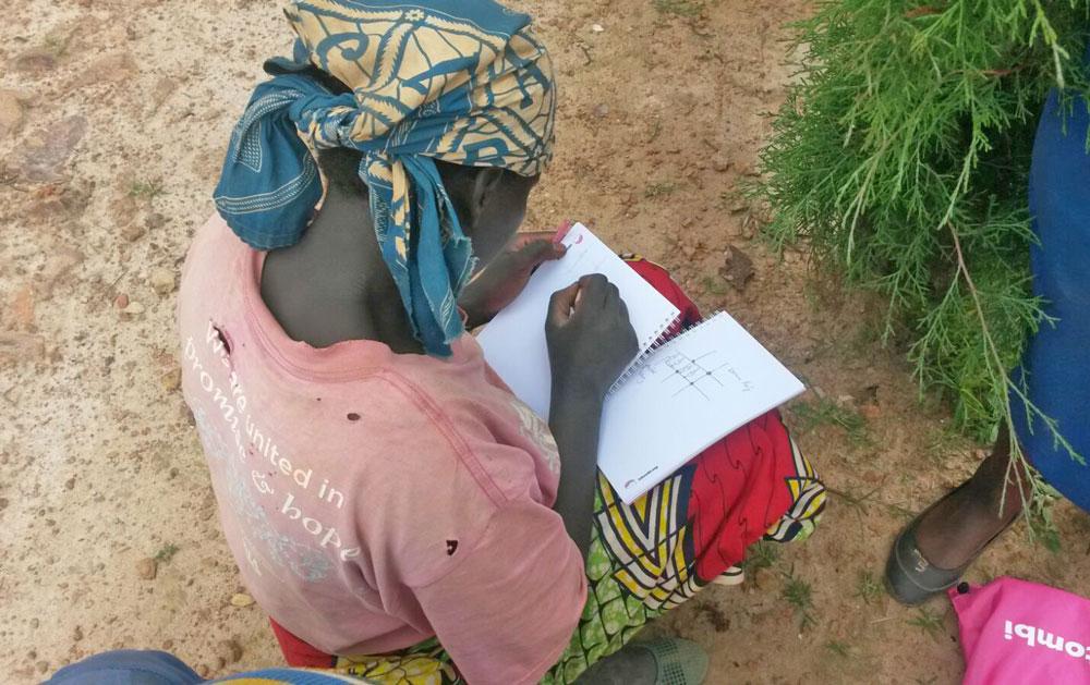 intombi - Mädchen plant ein Nähprojekt