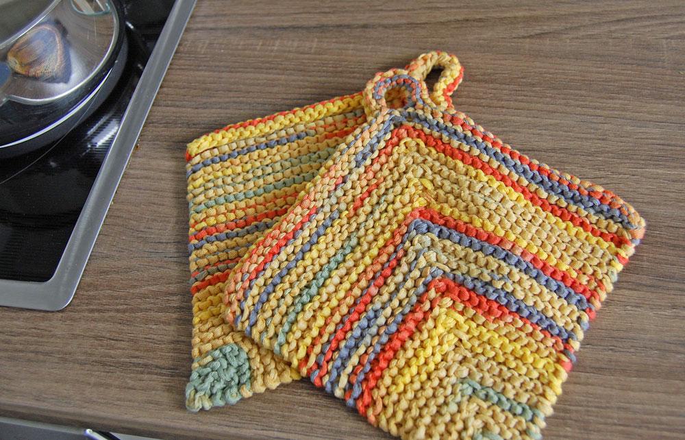 Topflappen stricken Titelbild Anleitung: Topflappen stricken aus Bändchengarn