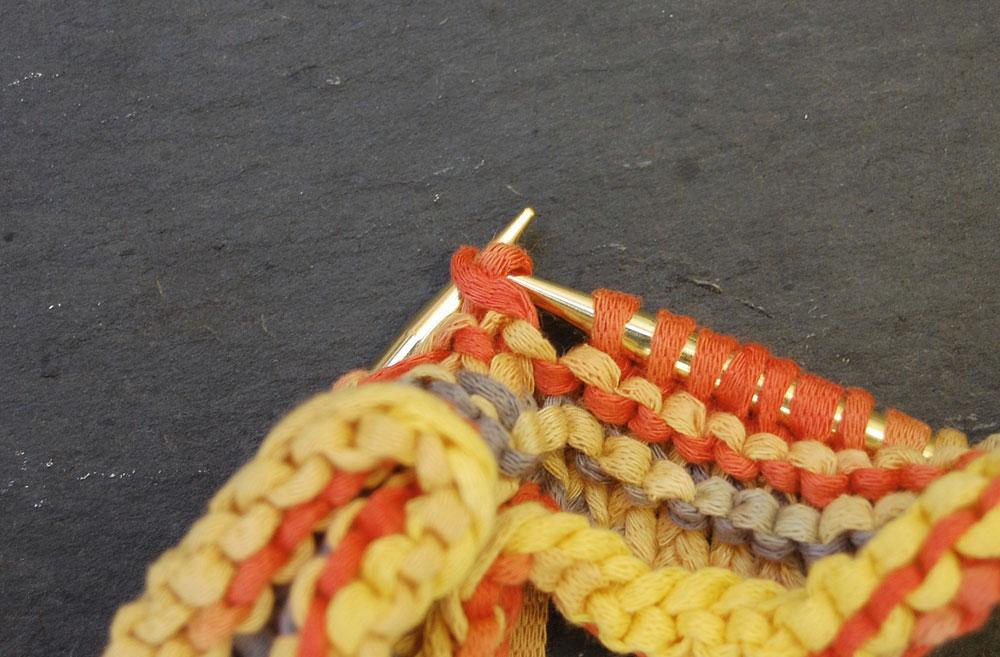 3 Maschen überzogen zusammengestrickt Anleitung: Topflappen stricken aus Bändchengarn