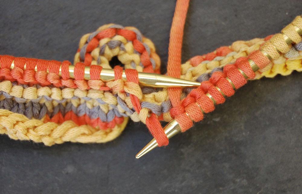 3 Maschen überzogen zusammenstricken Anleitung: Topflappen stricken aus Bändchengarn