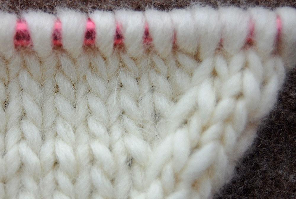 Zunehmen von Maschen aus tieferliegenden Masche - nach rechts geneigt zunehmen von maschen Stricktipp: Zunehmen von Maschen