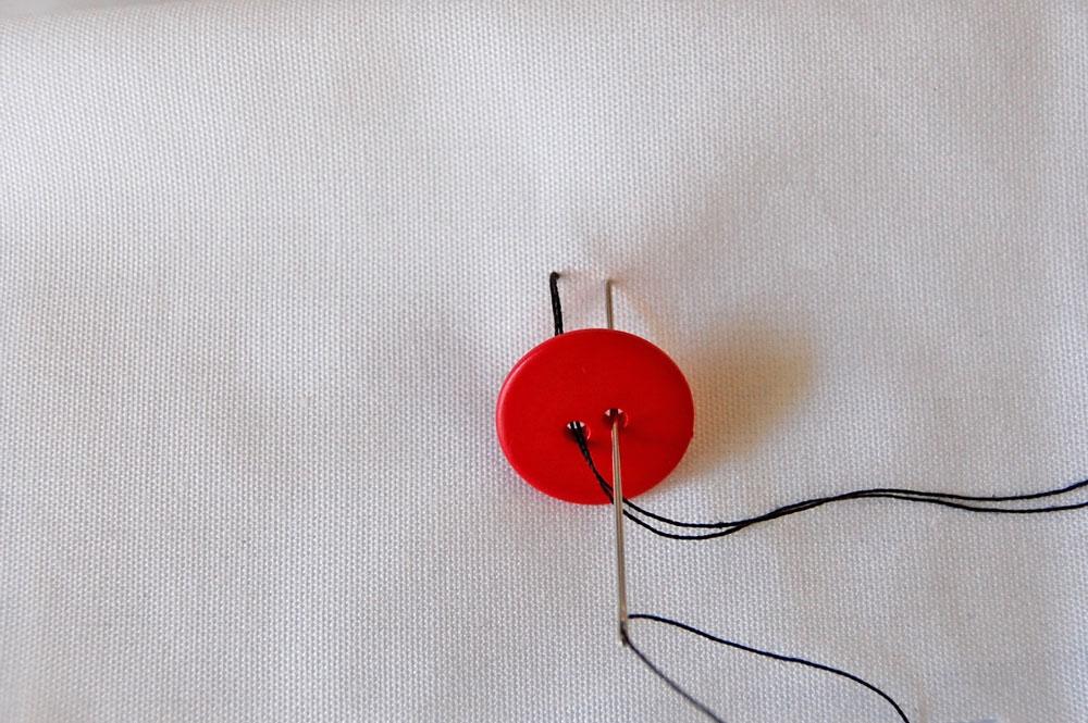 Knopf annähen - zweites freies Knopfloch knopf annähen Zugeknöpft – Knopf annähen – So einfach geht es.