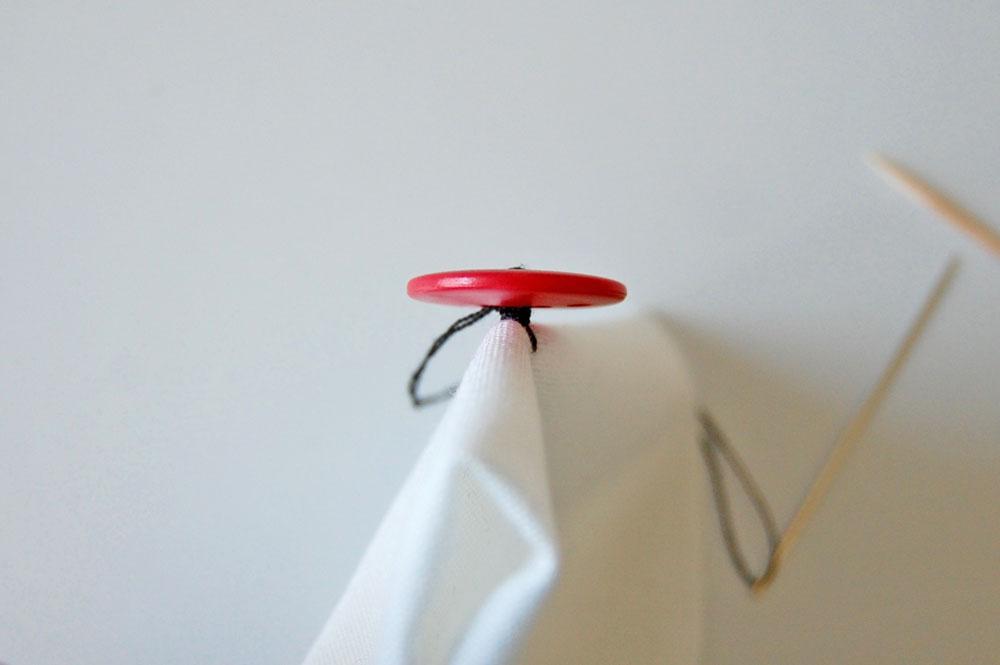 Knopf annähen - Faden umwickeln knopf annähen Zugeknöpft – Knopf annähen – So einfach geht es.