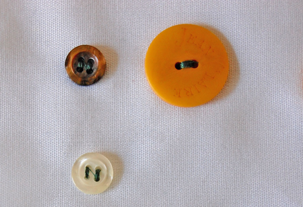 Zwei- und Vierlochknöpfe wurden mit der Nähmaschine angenäht. knopf annähen Zugeknöpft – Knopf annähen – So einfach geht es.