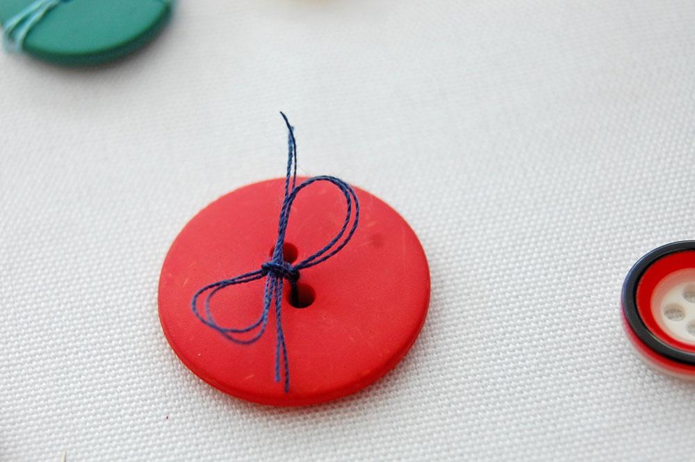 Knopf mit Schleife knopf annähen Zugeknöpft – Knopf annähen – So einfach geht es.