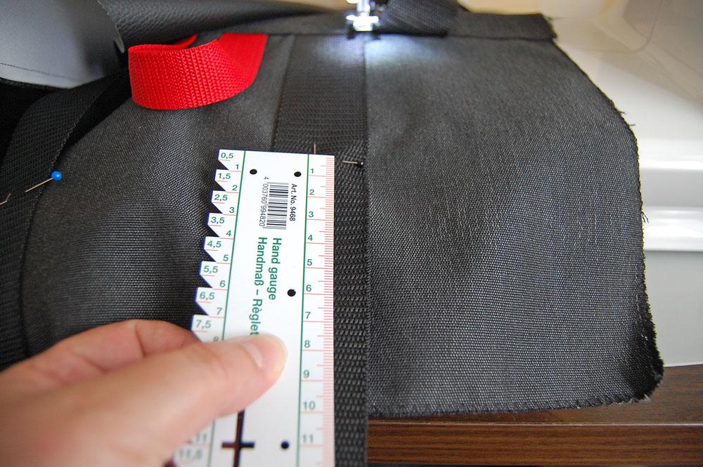Rucksack nähen - Verschlussbänder werden festgenäht.