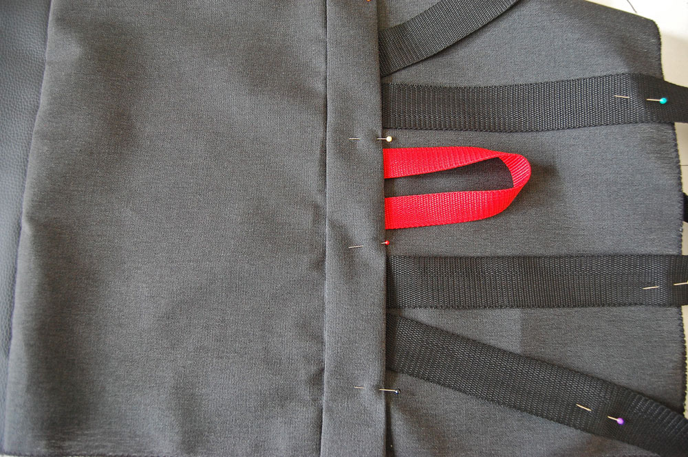 Rucksack nähen - Abdecklasche wird angebracht