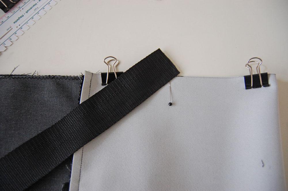 Rucksack nähen - unteres Trägerband wird postioniert