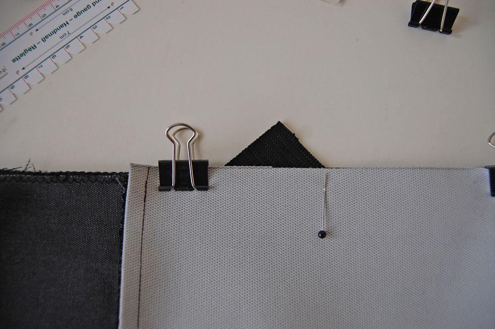 Rucksack nähen - Gurtband wird zwischen den Stoff geschoben
