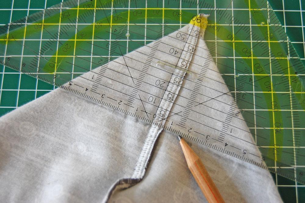 Rucksack nähen - Die Ecke wird angezeichnet. rucksack nähen Rucksack nähen – Anleitung Schritt für Schritt