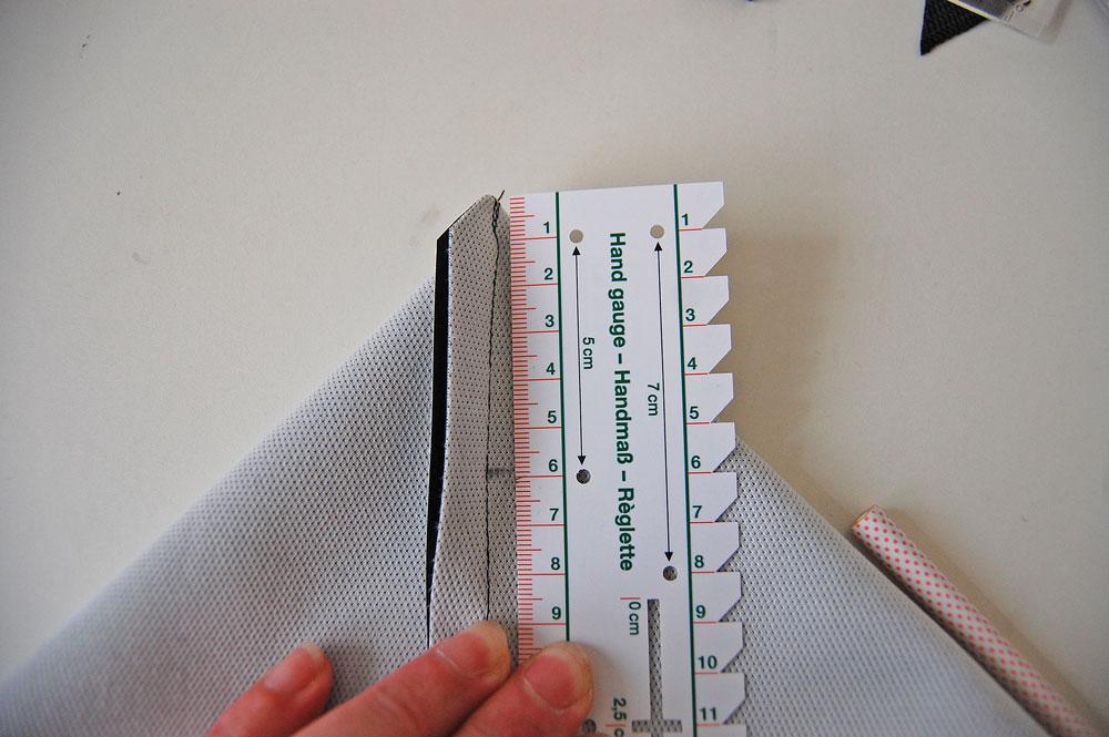 Rucksack nähen - Ecke wird abgemessen rucksack nähen Rucksack nähen – Anleitung Schritt für Schritt