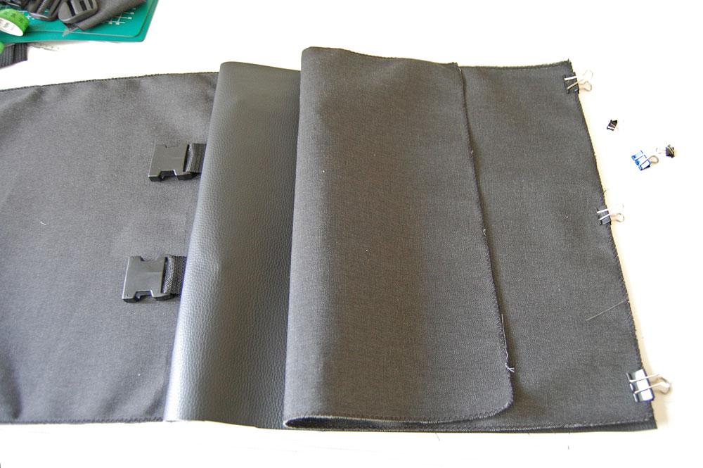 Rucksack nähen - zweite Außenseite wird festgesteckt