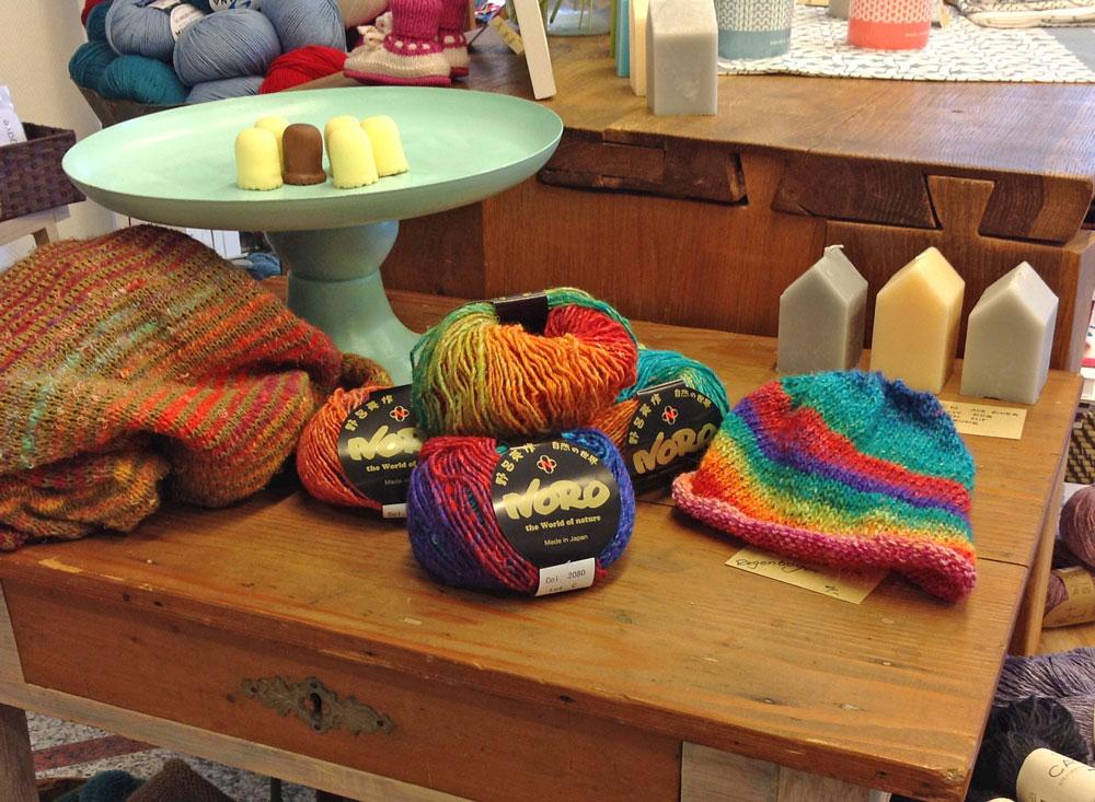 Wolle & Kunst - Tisch mit Wolle und Mütze