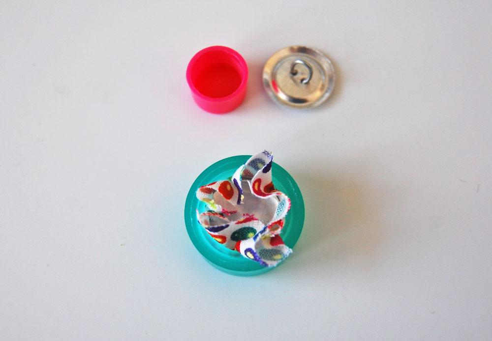 Knopf mit Stoff beziehen - Stoff und Stoffträgerplatte in Aufnahmewerkzeug drücken knopf mit stoff beziehen Tipp: Knopf mit Stoff beziehen