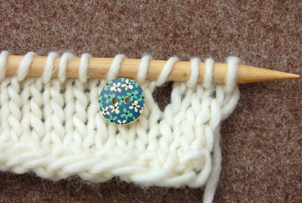 Knopflöcher stricken - kleine Knöpfe