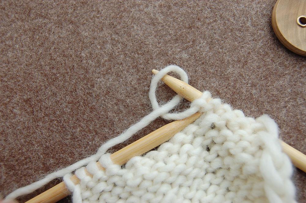 Knopflöcher stricken - Schlaufe auf die Nadel führen
