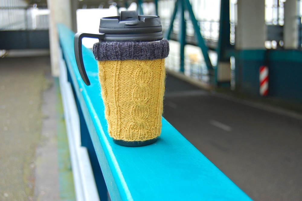 Geschenke stricken - Hülle für Kaffeebecher