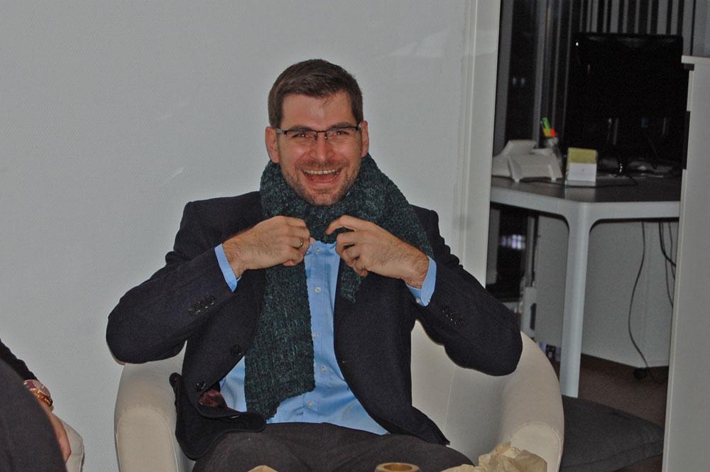 Paul Pascuali mit Schal, gestrickt von einer Färberin